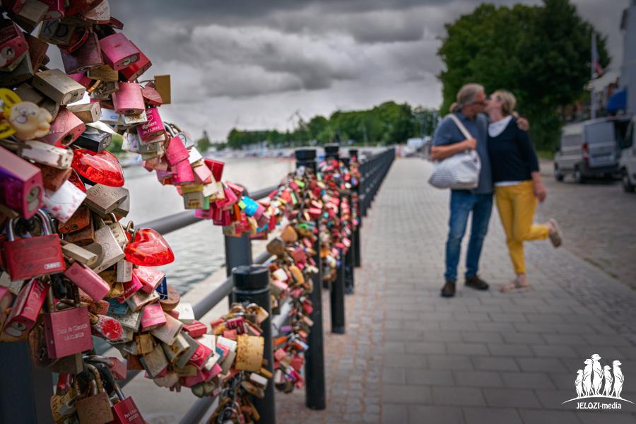 Paar an Liebesschlössern - Ostsee - JELOZI